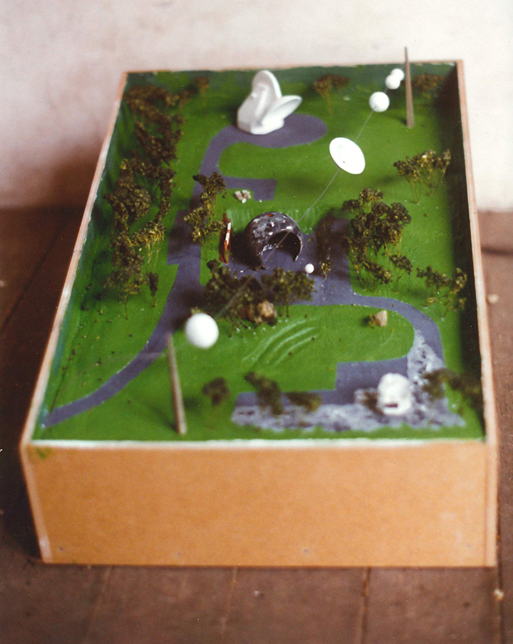 Diorama of the proposal including a life-size replica dish and the Moonitarium. (99/11078)