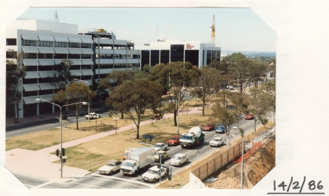 Traffic on the corner of Barry Drive and Northbourne Avenue in 1986